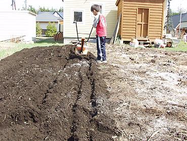 畑を耕す その2~有機肥料・石灰・堆肥を混ぜながら畑をおこす